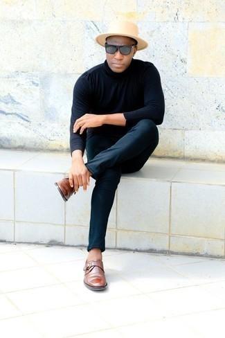 Come indossare e abbinare un borsalino di lana beige: Abbina un dolcevita blu scuro con un borsalino di lana beige per una sensazione di semplicità e spensieratezza. Mettiti un paio di scarpe monk in pelle marroni per mettere in mostra il tuo gusto per le scarpe di alta moda.