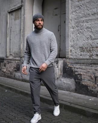 Moda uomo anni 20: Scegli un outfit composto da un dolcevita lavorato a maglia grigio per vestirti casual. Sneakers basse in pelle bianche sono una valida scelta per completare il look.