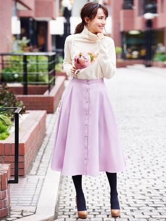 Come indossare: dolcevita beige, gonna a ruota rosa, décolleté in pelle pesanti marroni, borsa a tracolla in pelle bianca