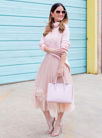 Come indossare e abbinare: dolcevita lavorato a maglia rosa, gonna a ruota in tulle rosa, sandali con tacco in pelle beige, borsa shopping in pelle rosa