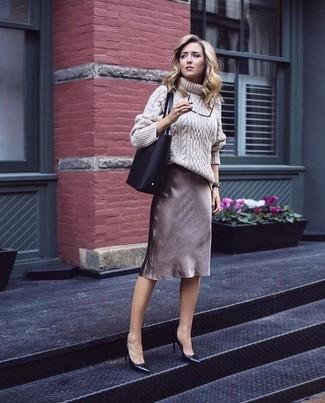 Indossa un dolcevita di lana lavorato a maglia beige e una gonna tubino marrone se preferisci uno stile ordinato e alla moda. Perfeziona questo look con un paio di décolleté in pelle neri.