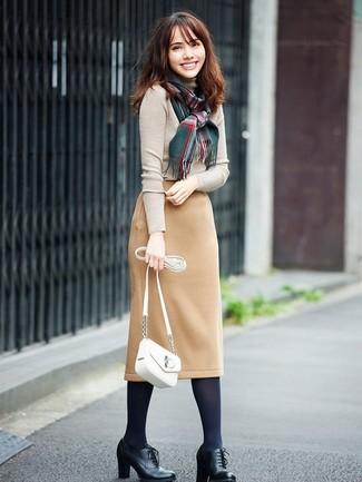 Come indossare: dolcevita beige, gonna a tubino di lana marrone chiaro, stivaletti con lacci in pelle neri, borsa a tracolla in pelle bianca