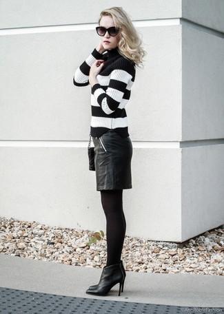 Trend da donna: Potresti abbinare un dolcevita a righe orizzontali nero e bianco con una gonna a tubino in pelle nera se preferisci uno stile ordinato e alla moda. Stivaletti in pelle neri sono una valida scelta per completare il look.