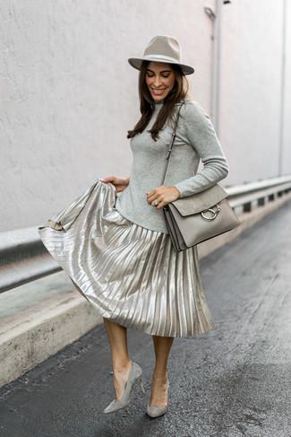 Come indossare: dolcevita grigio, gonna longuette a pieghe argento, décolleté in pelle scamosciata grigi, cartella in pelle grigia
