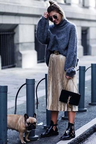 Vestiti con un dolcevita di lana lavorato a maglia grigio scuro e una pochette in pelle scamosciata nera per un look raffinato per il tempo libero. Stivaletti in pelle tagliati neri daranno lucentezza a un look discreto.
