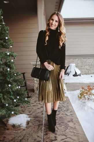 Come indossare: dolcevita lavorato a maglia nero, gonna longuette a pieghe dorata, stivaletti in pelle scamosciata neri, borsa a tracolla in pelle trapuntata nera