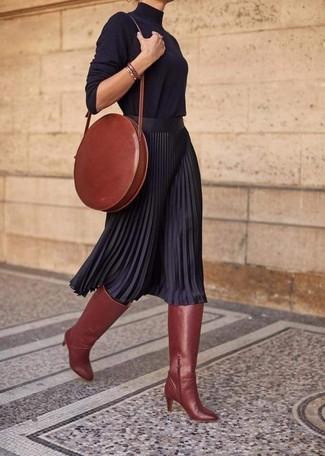 Come indossare e abbinare: dolcevita nero, gonna longuette a pieghe nera, stivali al ginocchio in pelle terracotta, borsa a tracolla in pelle terracotta