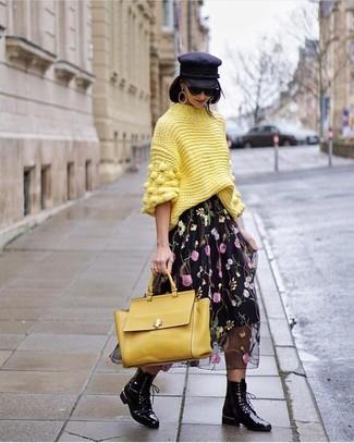 Come indossare e abbinare: dolcevita lavorato a maglia giallo, gonna longuette di chiffon a fiori nera, stivali piatti stringati in pelle neri, cartella in pelle gialla