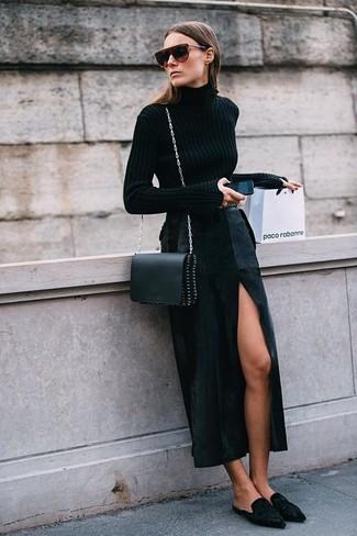 Come indossare: dolcevita nero, gonna lunga con spacco nera, sabot in pelle scamosciata neri, borsa a tracolla in pelle nera
