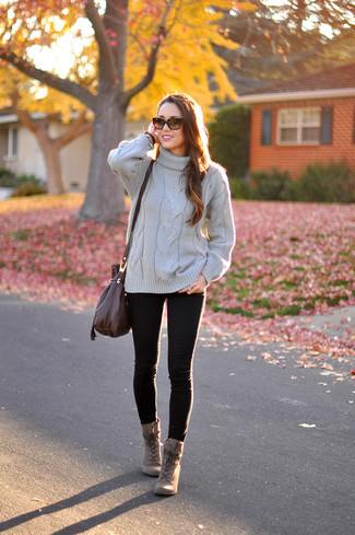 Come indossare: dolcevita lavorato a maglia grigio, jeans aderenti neri, stivaletti con lacci in pelle marroni, borsa a tracolla in pelle marrone scuro