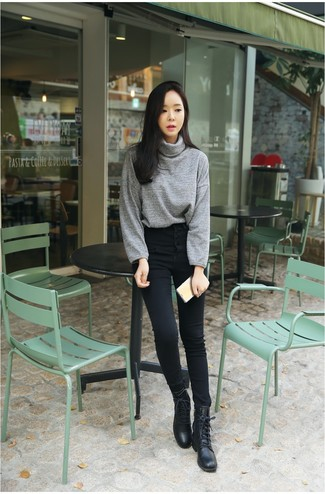 Trend da donna 2020: Indossa un dolcevita grigio e jeans aderenti neri per un fantastico look da sfoggiare nel weekend. Indossa un paio di stivali piatti stringati in pelle neri per un tocco più rilassato.