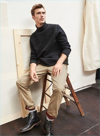 Come indossare e abbinare calzini di lana grigi: Per un outfit della massima comodità, combina un dolcevita di lana grigio scuro con calzini di lana grigi. Opta per un paio di stivali casual in pelle neri per dare un tocco classico al completo.