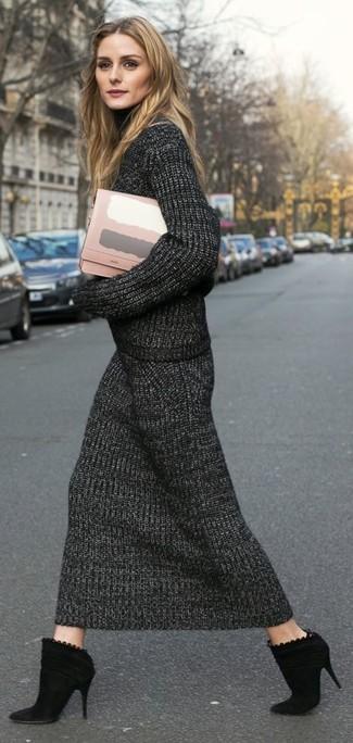 Trend da donna 2020: Scegli un dolcevita lavorato a maglia grigio scuro e una gonna longuette lavorata a maglia grigio scuro per un look raffinato ma semplice. Stivaletti in pelle scamosciata neri sono una eccellente scelta per completare il look.