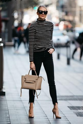 Trend da donna 2020: Prova a combinare un dolcevita a righe orizzontali nero e bianco con jeans aderenti neri per affrontare con facilità la tua giornata. Perfeziona questo look con un paio di décolleté in pelle marrone chiaro.