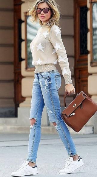 Come indossare: dolcevita con stelle beige, jeans aderenti strappati azzurri, sneakers basse in pelle bianche, cartella in pelle marrone
