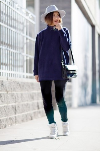 Come indossare: dolcevita blu scuro, jeans aderenti neri, sneakers con zeppa in pelle bianche, borsa a tracolla in pelle nera