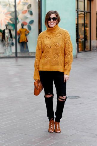 Come indossare: dolcevita lavorato a maglia arancione, jeans aderenti strappati neri, stivaletti con lacci in pelle scamosciata terracotta, borsa a tracolla in pelle terracotta