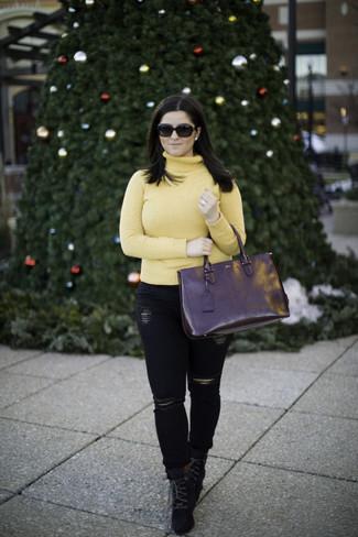 Come indossare: dolcevita giallo, jeans aderenti strappati neri, stivaletti con lacci in pelle scamosciata neri, borsa shopping in pelle nera