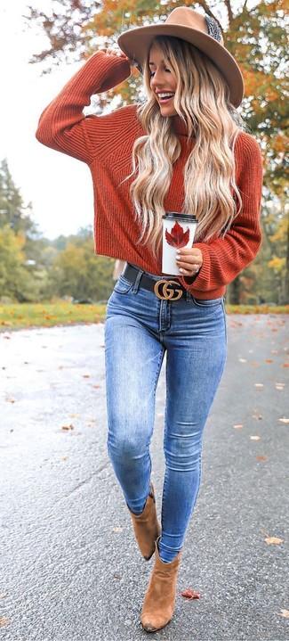 Come indossare: dolcevita lavorato a maglia arancione, jeans aderenti blu, stivaletti in pelle scamosciata marrone chiaro, borsalino di lana marrone chiaro