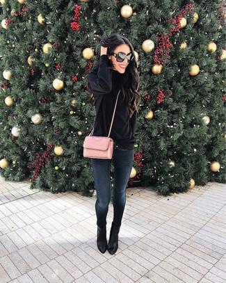 Potresti combinare un dolcevita di velluto nero con jeans aderenti blu scuro per un look semplice, da indossare ogni giorno. Perché non aggiungere un paio di stivaletti in pelle neri di Asos per un tocco di stile in più?