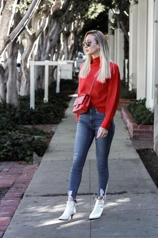 Come indossare e abbinare jeans aderenti blu: Potresti abbinare un dolcevita rosso con jeans aderenti blu per essere trendy e seducente. Stivaletti in pelle bianchi sono una validissima scelta per completare il look.