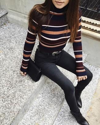 Come indossare: dolcevita a righe orizzontali multicolore, jeans aderenti neri, stivaletti in pelle neri, borsa a tracolla in pelle nera