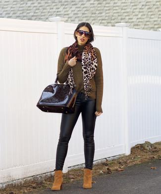 Come indossare e abbinare: dolcevita verde oliva, jeans aderenti in pelle neri, stivaletti in pelle scamosciata marrone chiaro, cartella in pelle nera