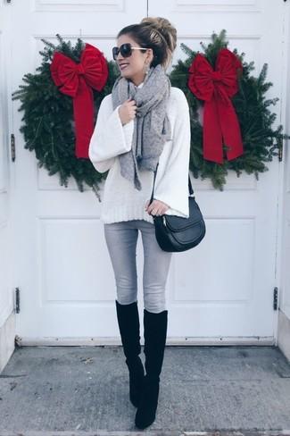 Come indossare: dolcevita di lana lavorato a maglia bianco, jeans aderenti grigi, stivali al ginocchio in pelle scamosciata neri, borsa a tracolla in pelle nera