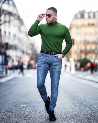 Look alla moda per uomo: Dolcevita verde, Jeans aderenti blu, Stivali chelsea in pelle scamosciata neri, Cintura in pelle nera