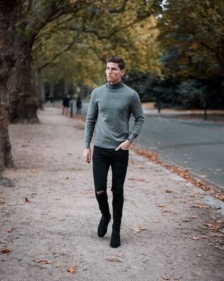 Come indossare e abbinare jeans aderenti strappati neri: Per un outfit della massima comodità, scegli un dolcevita di lana grigio e jeans aderenti strappati neri. Mettiti un paio di stivali chelsea in pelle scamosciata neri per dare un tocco classico al completo.