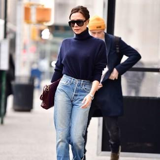 Come indossare: dolcevita blu scuro, jeans boyfriend azzurri, cartella in pelle bordeaux, occhiali da sole neri