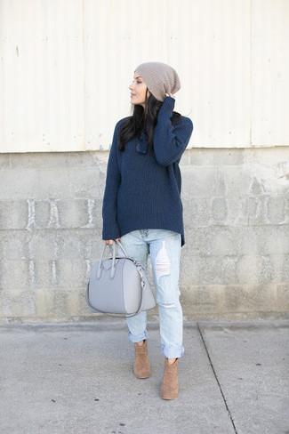 Come indossare: dolcevita lavorato a maglia blu scuro, jeans boyfriend strappati azzurri, stivaletti in pelle scamosciata marrone chiaro, borsa shopping in pelle grigia
