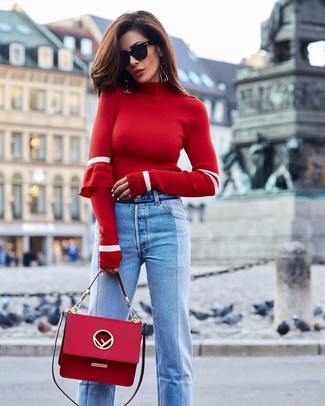 Come indossare e abbinare: dolcevita rosso, jeans azzurri, cartella in pelle rossa, occhiali da sole neri