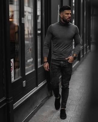 Trend da uomo 2020: Potresti combinare un dolcevita grigio con jeans grigio scuro per affrontare con facilità la tua giornata. Un paio di sneakers basse di tela nere si abbina alla perfezione a una grande varietà di outfit.