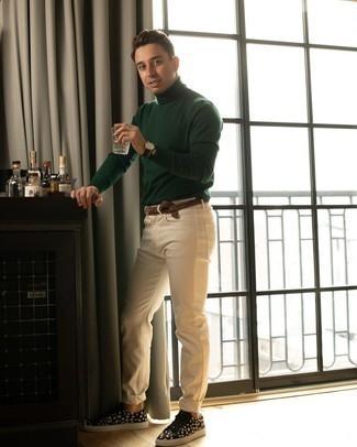 Come indossare e abbinare un dolcevita verde scuro: Potresti indossare un dolcevita verde scuro e jeans beige per un pranzo domenicale con gli amici. Sneakers basse di tela stampate nere e bianche sono una validissima scelta per completare il look.