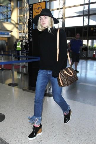Come indossare: dolcevita lavorato a maglia nero, jeans con frange blu, stivaletti con zeppa in pelle neri, borsone in pelle stampato marrone scuro