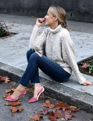 Come indossare e abbinare: dolcevita lavorato a maglia beige, jeans aderenti strappati blu scuro, décolleté di velluto fucsia