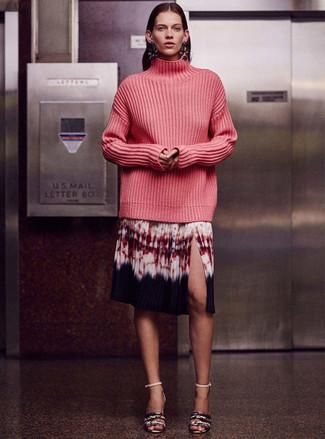 Come indossare: dolcevita lavorato a maglia fucsia, gonna longuette effetto tie-dye multicolore, sandali con tacco in pelle con stampa serpente grigi