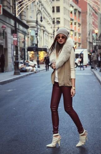 Coniuga un dolcevita beige con leggings in pelle bordeaux per un look raffinato per il tempo libero. Scegli un paio di décolleté in pelle tagliati beige per dare un tocco classico al completo.