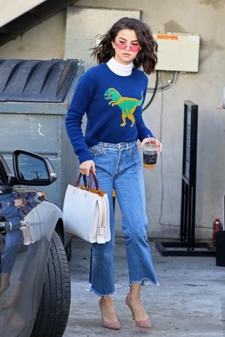 Come indossare: dolcevita bianco, maglione girocollo stampato blu, gonna pantalone di jeans blu, décolleté in pelle scamosciata rosa