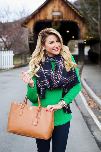 Come indossare e abbinare: dolcevita a righe orizzontali blu scuro e bianco, maglione girocollo verde, jeans aderenti blu scuro, borsa shopping in pelle marrone chiaro