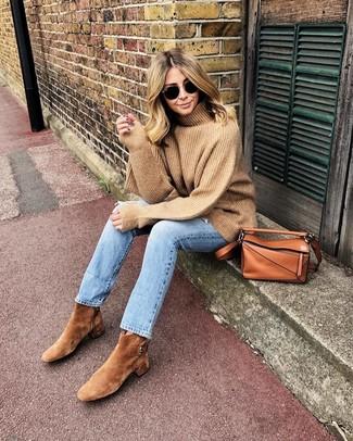 Come indossare: dolcevita di lana marrone chiaro, jeans azzurri, stivaletti in pelle scamosciata marrone chiaro, borsa a tracolla in pelle terracotta