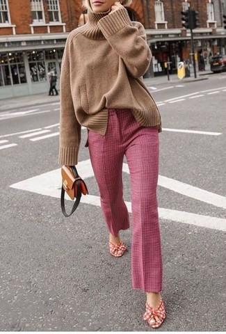 Come indossare: dolcevita lavorato a maglia marrone chiaro, pantaloni a campana rosa, sandali con tacco di tela rossi e bianchi, borsa a tracolla in pelle marrone