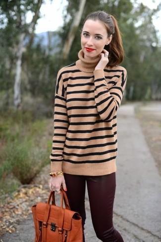 Come indossare e abbinare: dolcevita a righe orizzontali marrone chiaro, pantaloni skinny in pelle bordeaux, cartella in pelle arancione, bracciale dorato