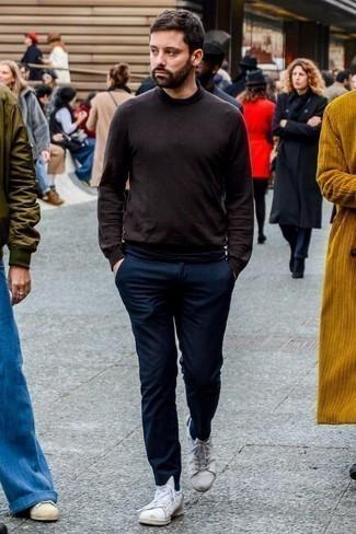 Come indossare e abbinare chino di lana blu scuro: Indossa un dolcevita marrone scuro e chino di lana blu scuro per affrontare con facilità la tua giornata. Abbina questi abiti a un paio di sneakers basse in pelle bianche.