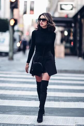 Come indossare e abbinare: dolcevita nero, minigonna nera, stivali sopra il ginocchio in pelle scamosciata neri, borsa a tracolla di pelliccia nera