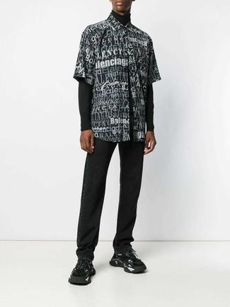 Come indossare e abbinare: dolcevita nero, camicia a maniche corte stampata nera e bianca, jeans neri, scarpe sportive nere