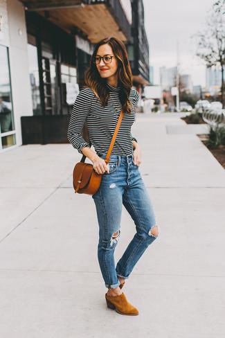 Trend da donna 2020: Indossa un dolcevita a righe orizzontali nero e bianco con jeans aderenti strappati blu per essere casual. Stivaletti in pelle scamosciata terracotta sono una splendida scelta per completare il look.