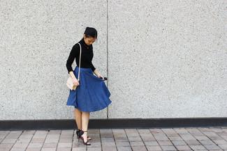 Come indossare: dolcevita nero, gonna a ruota di jeans blu, sandali con tacco in pelle neri, borsa a tracolla in pelle beige