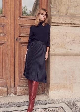 Come indossare e abbinare: dolcevita nero, gonna longuette a pieghe nera, stivali al ginocchio in pelle bordeaux